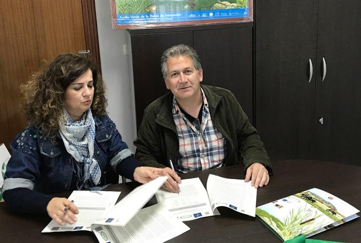Firma del acuerdo de custodia con la presidenta de la Junta Vecinal de Igollo, Nieves Portilla.