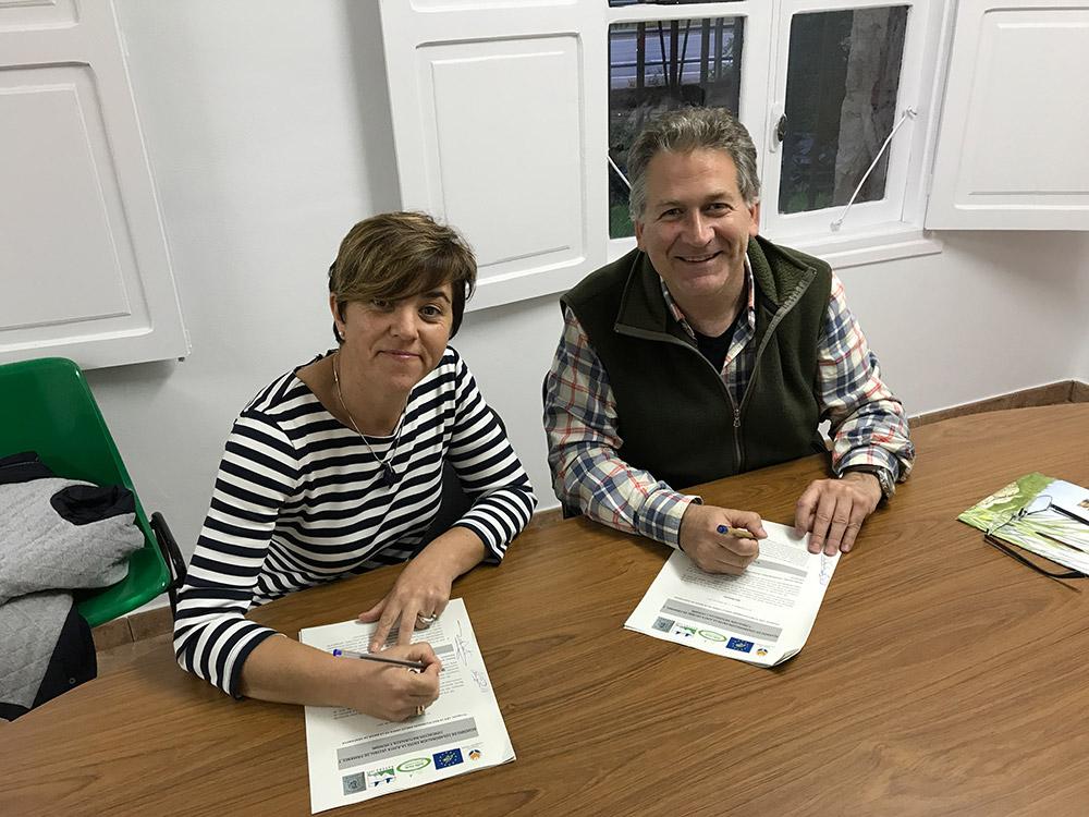 Firma del acuerdo con la presidenta de la Junta Vecinal de Pámanes, Ana Ríos.